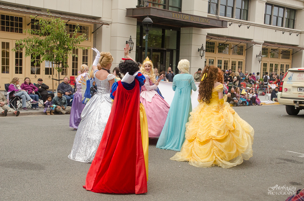 Kiddie Kapers Parade Salinas Ca - Princesses walking away