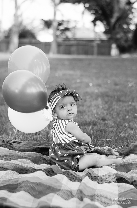 Fotofroggy Photography - black and white little girl with balloons