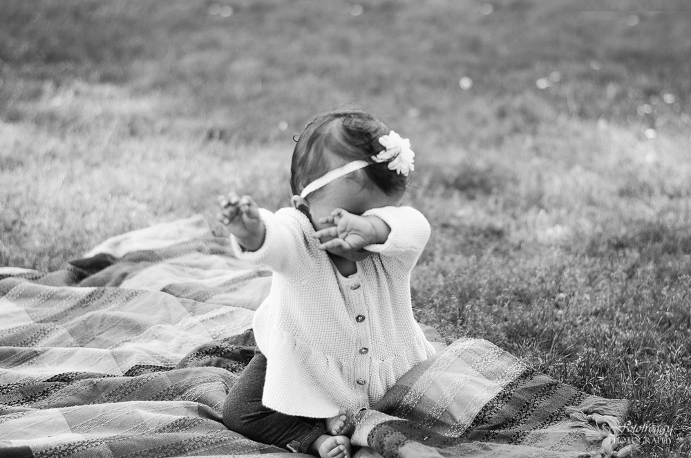 Fotofroggy Photography - black and white shy baby girl