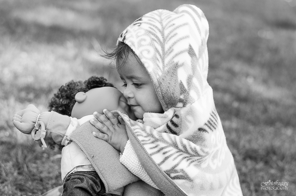Fotofroggy Photography - black and white baby girl loves her doll