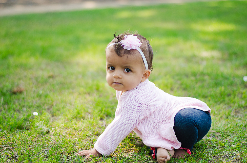 Fotofroggy Photography - pensive little girl crawling