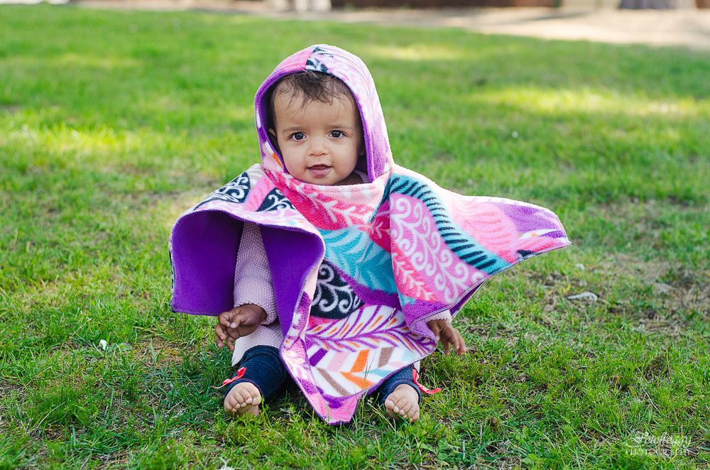Fotofroggy Photography - baby girl in pink poncho