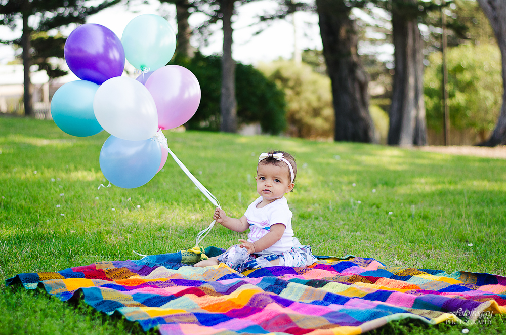 Fotofroggy Photography - one year old girl with birthday balloons
